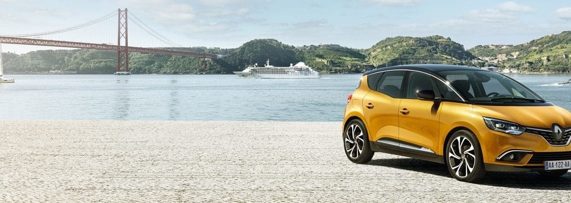 Renault capture jaune sur une ile